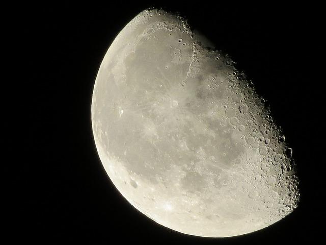 所有关于月亮和新闻